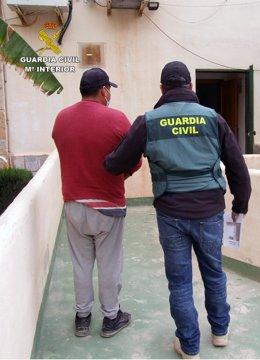 Agentes de la Guardia Civil custodian al detenido