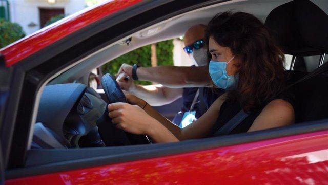Archivo - Imagen de una aspirante a obtener el carnet de conducir, junto a un profesor.