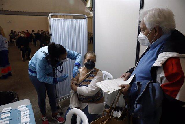 Personal sanitario administra la vacuna contra el Covid_19, donde han empezado de nuevo la vacunación de AstraZeneca en el recinto ferial de Vélez Málaga (Andalucía, España), a 08 de abril de 2021.