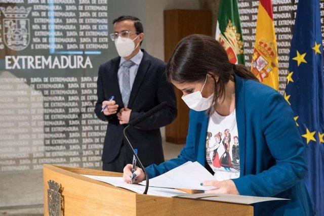 Isabel Gil Rosiña firma, con Miguel Ángel Gallardo al fondo, el protocolo entre la Aexcid y Felcode.
