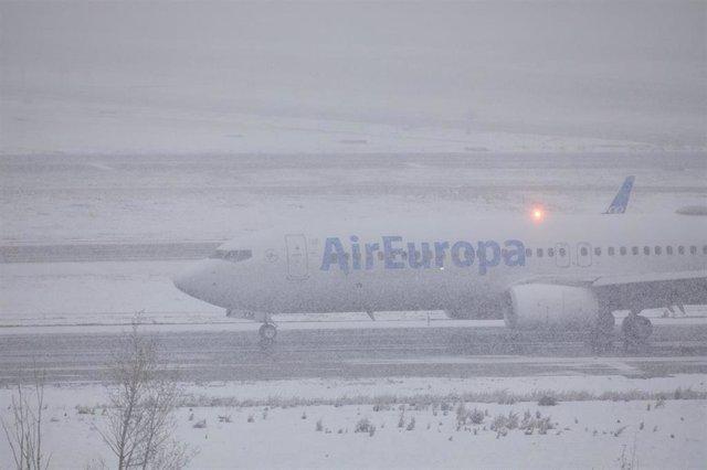 Archivo - Un avión de la compañía Air Europa en el Aeropuerto de Madrid-Barajas Adolfo Suárez, en Madrid (España), a 8 de enero de 2021.