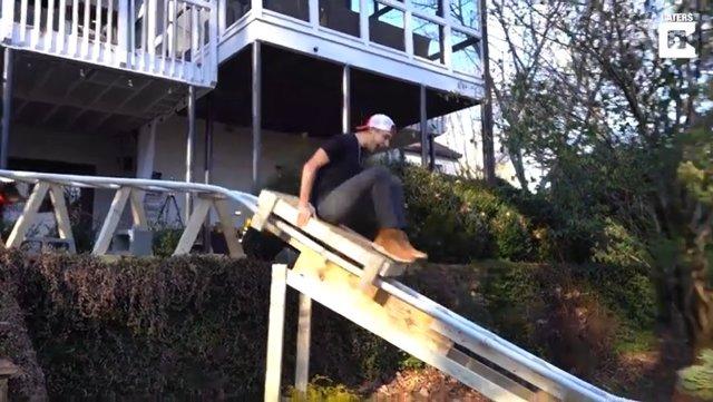 Este chico de 19 años construye una montaña rusa en su casa en menos de 3 semanas