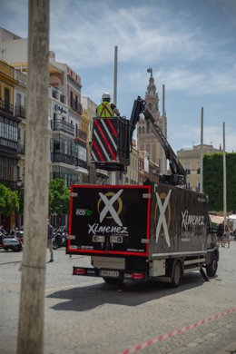 Operarios de Ximenez Iluminación instalan el alumbrado en el centro de Sevilla ante las fechas en las que se celebraría la Feria de Abril.