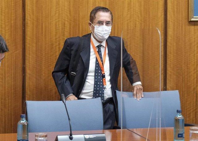 El exalcalde de Lebrija y exdirector de Recursos Externos de la Faffe, Antonio Torres, este viernes antes de comparecer en el Parlamento.