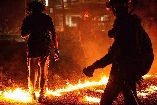 Barricadas levantadas durante las protestas contar el golpe de Estado en Rangún, Birmania