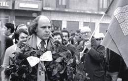 Imagen de archivo de Luis López Álvarez en una celebración de Villalar. Unos metros detrás se puede ver al fallecido alcalde socialista de Valladolid Tomás Rodríguez Bolaños.