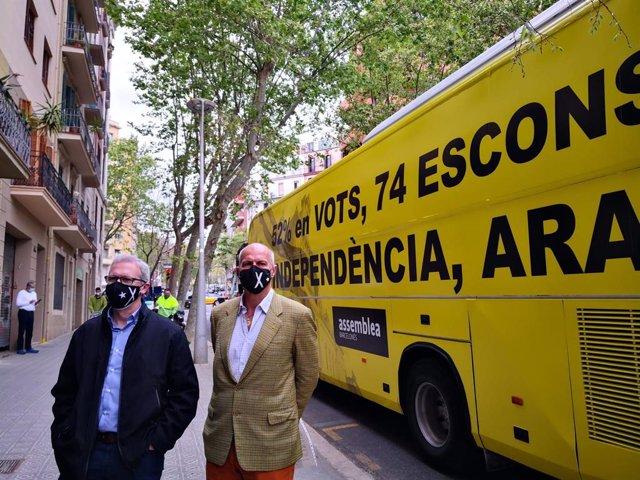 El vicepresident de l'ANC, David Fernàndez, i el coordinador de l'assemblea de la Barceloneta, Adriano Raddi, davant l'Autobús per la Independència.