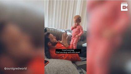 Esta niña de un año intenta hablar con su padre sordo utilizando el lenguaje de signos
