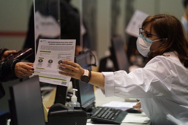 Una profesional sanitaria, en un dispositivo de vacunación contra la COVID-19 en el Bilbao Exhibition Center (BEC)