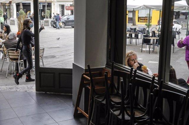 Archivo - Varias personas en una terraza ante la prohibición de apertura del interior de bares y restaurantes
