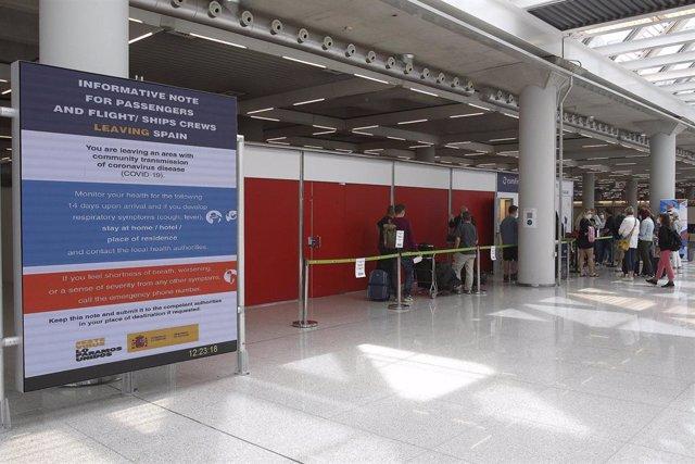 Pasajeros hacen cola para entrar al dispositivo de detección de Covid-19 colocado en el aeropuerto de Palma.