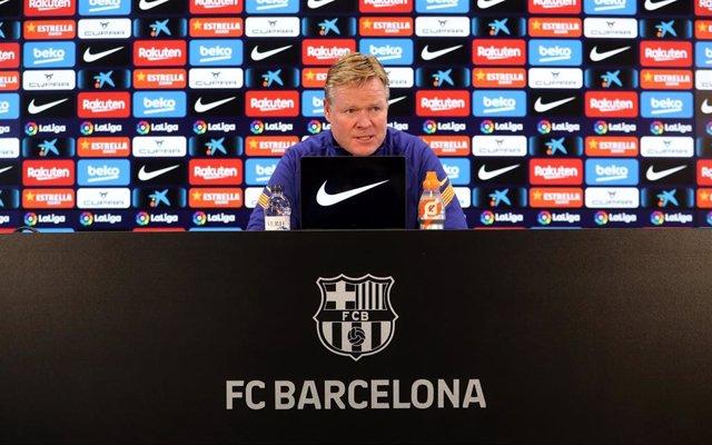 Archivo - El entrenador del FC Barcelona, Ronald Koeman, en rueda de prensa