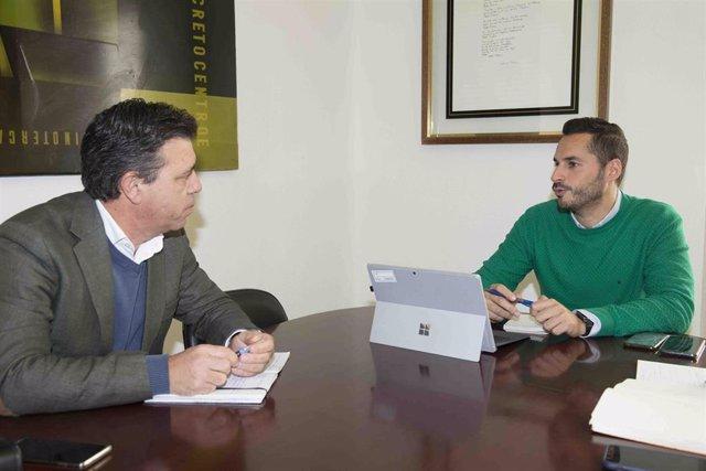 Archivo - Mario Fernández y un representante de COAG