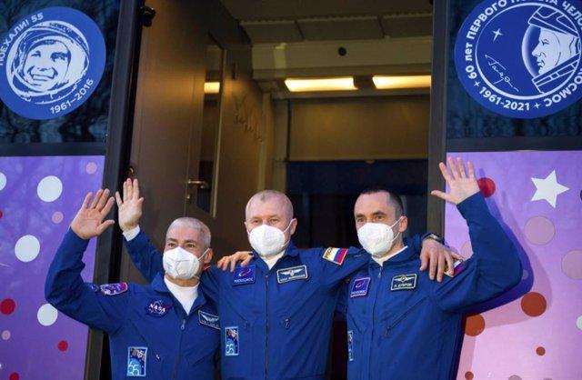 Vande Hei, Novitskiy  y Dubrov antes de volar a la ISS