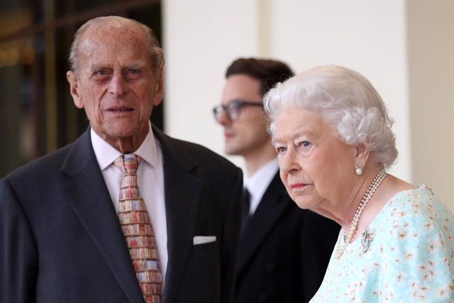 Archivo - FILED - 14 July 2017, England, London: Queen Elizabeth II (R) and her husband Prince Philip, the Duke of Edinburgh, bid farewell to the King and Queen of Spain after their visit to England. The Queen and her husband have returned to Windsor Cast