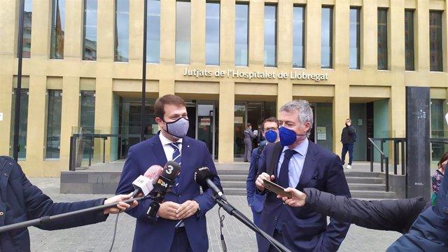 El secretari general d'Esports de la Generalitat, Gerard Figueras, i el seu advocat, Josep Rossell, després de declarar com a investigat pel cas del Consell Esportiu de l'Hospitalet, el 9 d'abril del 2021.