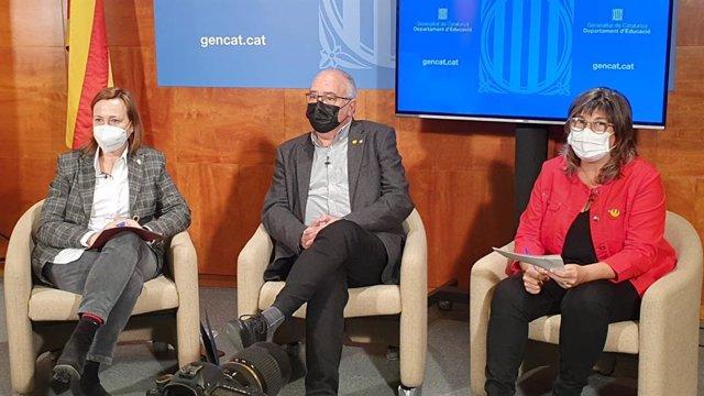 (E-D) La directora de Currículum i Personalització de la Generalitat, Maite Aymerich, el conseller d'Educació, Josep Bargalló, i la sots-directora general d'Educació Inclusiva, Imma Reguant, en un acte.