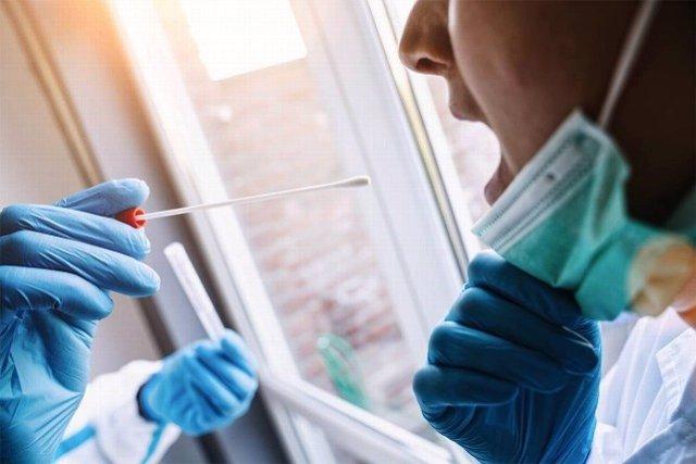 Archivo - Realización de una prueba PCR para la detección de la covid-19