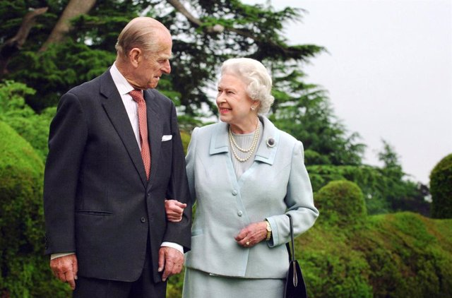 Archivo - FILED - 18 November 2007, United Kingdom, Hampshire: Queen Elizabeth II (R) and her husband Prince Philip, The Duke of Edinburgh, are seen at Broadlands as they mark their diamond wedding anniversary. Prince Philip died on Friday at the age of 9