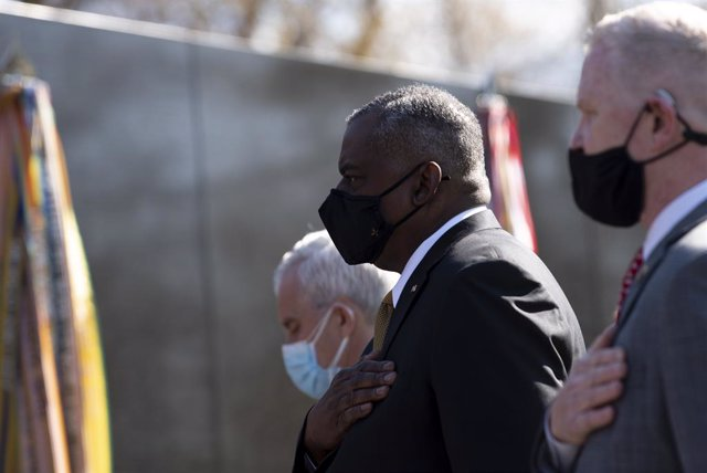 HANDOUT - 29 March 2021, US, Washington: US Defence Secretary Lloyd Austin (C) takes part in a wreath laying ceremony at the Vietnam Veterans Memorial wall during the National Vietnam War Veterans Day. Photo: Lisa Ferdinando/US Secretary of Defence/dpa -