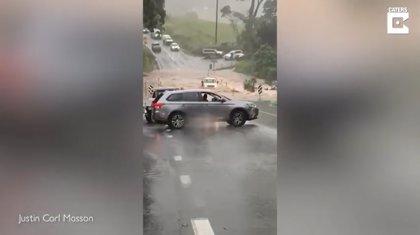 Esta camioneta casi pierde el control en carretera tratando de pasar por un tramo inundado