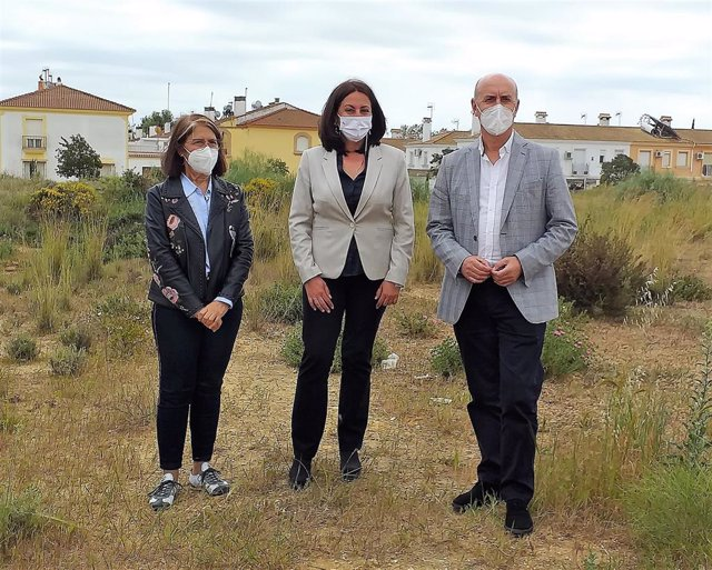 La delegada de Educación en Huelva, Estela Villalba, junto al alcalde de Lepe.