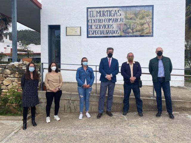 El delegado territorial de Igualdad, Políticas Sociales y Conciliación en Huelva, Manuel Antonio Conde del Río, visita el centro de Paz y Bien en Galaroza.