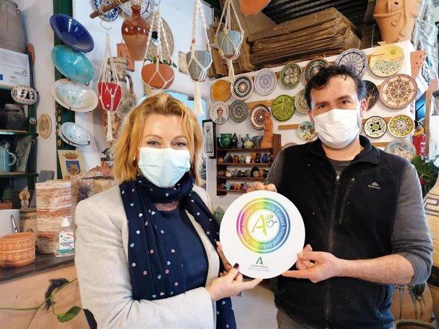 El taller Cerámica Pascual Cózar recibe el distintivo 'Andalucía, Calidad Artesanal' de la Junta