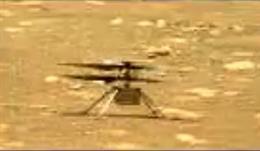 El helicóptero Ingenuity mueve sus palas antes del primer vuelo en Marte