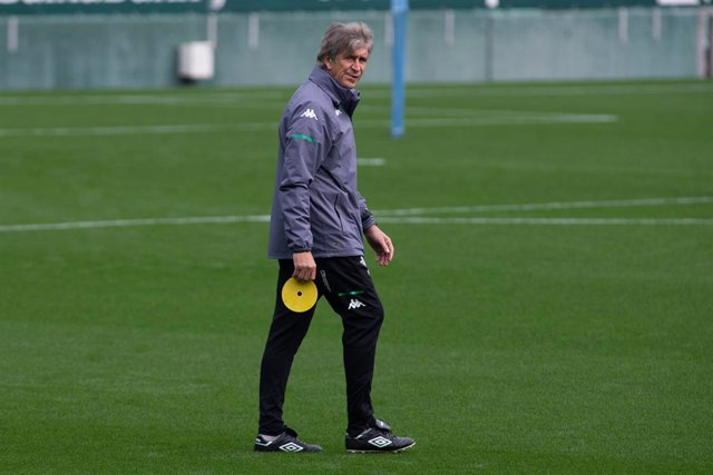 Archivo - Manuel Pellegrini, head coach, in action during training of Real Betis Balompie at Benito Villamarin Stadium on March 6, 2021 in Sevilla, Spain.