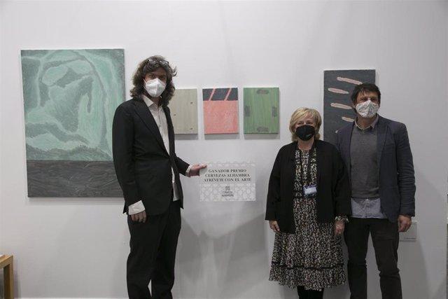 El artista Ben Callaway con su obra 'What, never?'