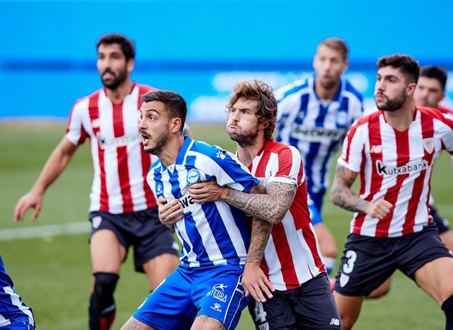Archivo - Inigo Martinez of Athletic Club and Joselu of Deportivo Alaves during the spanish league, La Liga Santander, football match played between Deportivo Alaves and Athletic Club de Bilbao at Mendizorroza stadium on october 04, 2020 in Vitoria, Spain