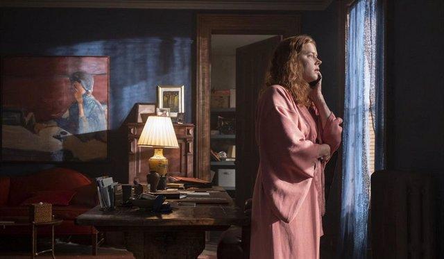 Amy Adams es testigo de un brutal asesinato en el tráiler de La mujer en la ventana de Netflix