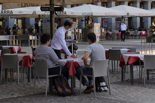 Archivo - Personas en una terraza de Madrid (España), a 28 de septiembre de 2020. Mientras que Gobierno central pide aplicar medidas de confinamiento a toda la capital, ya hay activados 222 policías nacionales y guardias civiles establecidos para controla