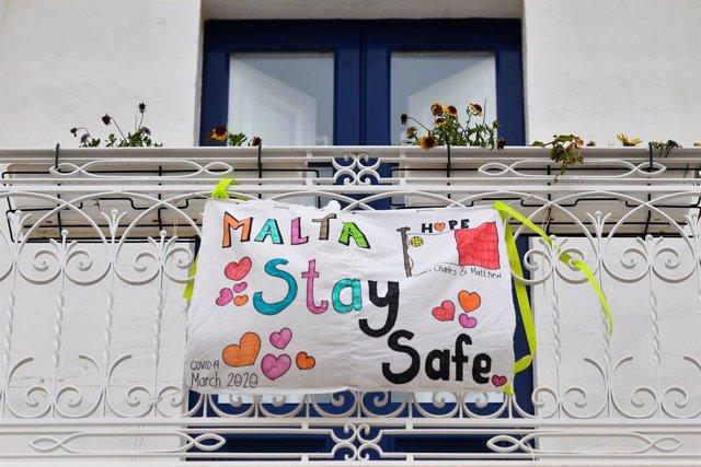 Una pancarta en un balcón en La Valeta, Malta.