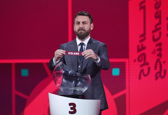 """Archivo - HANDOUT - 07 December 2020, Switzerland, Zurich: Italian former footballers Daniele De Rossi shows the ticket with the inscription """"Iceland"""" during the UEFA groups draw for the 2022 World Cup qualifying round in the Hallenstadion. Photo: Kurt Sc"""