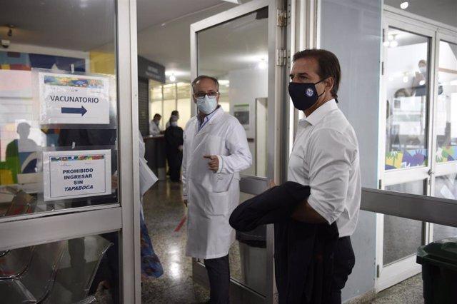 El presidente de Uruguay, Luis Lacalle Pou, entrando al centro donde se ha vacunado contra la COVID-19.