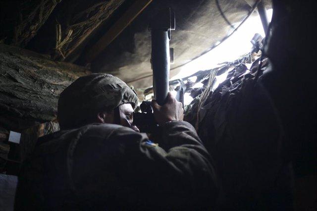 Archivo - Un soldado ucraniano en la línea de contacto en el este de Ucrania.