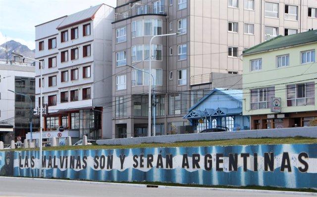 Archivo - Mural que reivindica la soberanía de Argentina sobre las islas Malvina, bajo administración británica, tras el conflicto armado de 1982 que dejó un saldo de 900 muertos en apenas dos meses de guerra