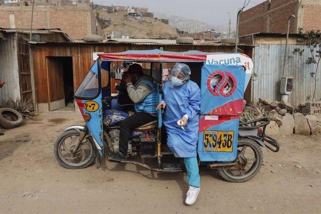 Archivo - Una trabajadora de la Salud se traslada para vacuna a población de riesgo.