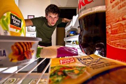 Comer algo antes de acostarte pueden afectar a tu concentración en el trabajo al día siguiente, según un estudio