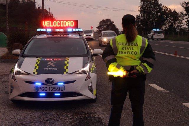 Archivo - Control de carretera de la Guardia Civil de Tráfico