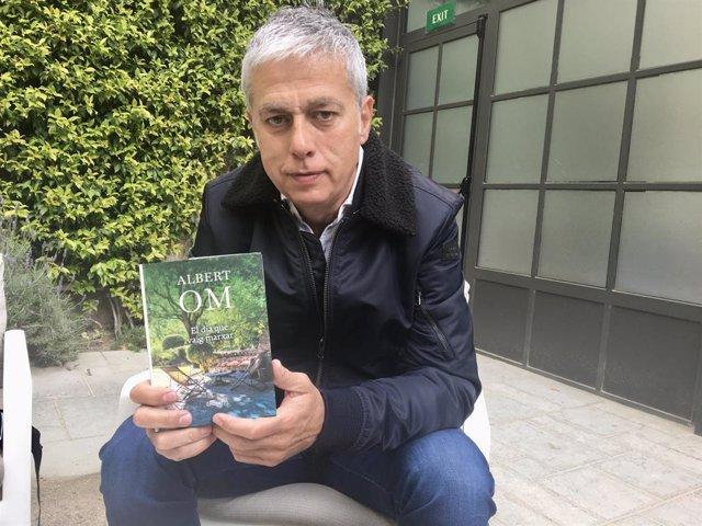El periodista Albert Om presenta el seu llibre 'El dia que vaig marxar'.