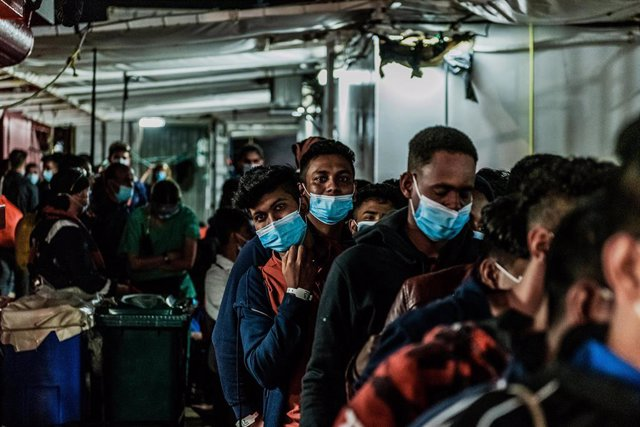 "Archivo - HANDOUT - 06 July 2020, Italy, Porto Empedocle: Migrants leave the rescue ship of the humanitarian group SOS Mediterranee ""Ocean Viking"". 180 Migrants stranded on board for days, has finally transferred to an Italian quarantine ferry.. Photo: Fl"