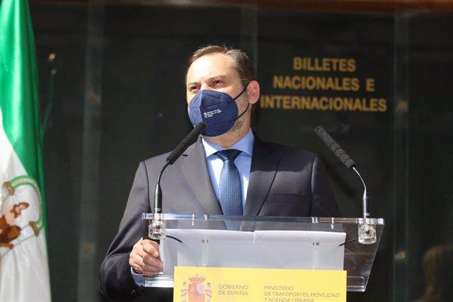El ministro de Transportes, Movilidad y Agenda Urbana, José Luis Ábalos, se dirige al público asistente después de  visitar la estación ferroviaria histórica de Almería, cuya rehabilitación concluyó a principios de mes. Almería a 18 de marzo 2021