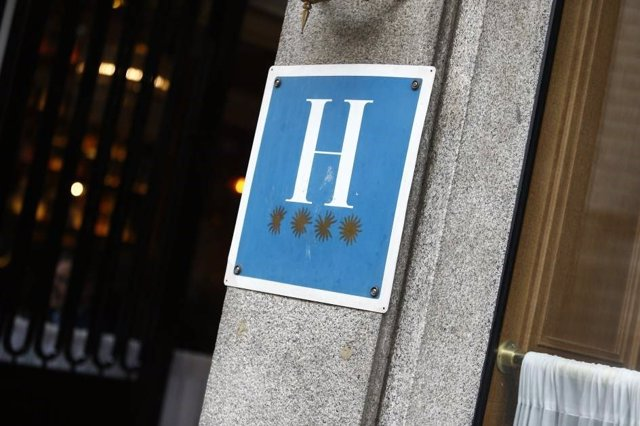 Archivo - Distintivo de un hotel de cuatro estrellas
