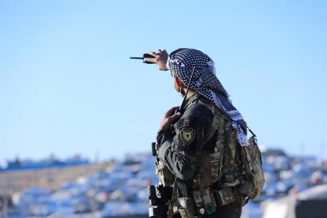 Un miliciano de las Fuerzas Democráticas Sirias (FDS) en el campamento de antiguos miembros del Estado Islámico en Al Hol