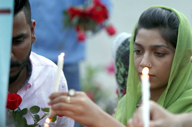 Archivo - 22 April 2019, Pakistan, Peshawar: Members of the Pakistani Christian community place flowers and candles as they pay tribute at St. John's Cathedral to the victims of Sri Lanka bomb attacks. A series of eight devastating bomb blasts ripped thro
