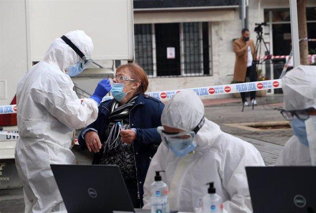 Archivo - Sanitarios de la Junta de Andalucía, haciendo  los test rápidos de antígenos PCR, en un cribado masivo