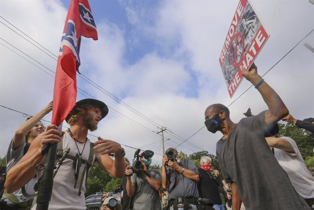 Archivo - 15 August 2020, US, Stone Mountain: Counter protestors from leftist groups face off with supporters of the far-right groups and white supremacists. Photo: Jenni Girtman/TNS via ZUMA Wire/dpa